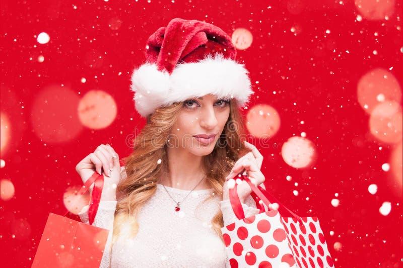 Girl modelo rubio en Santa Hat sobre rojo imagen de archivo libre de regalías
