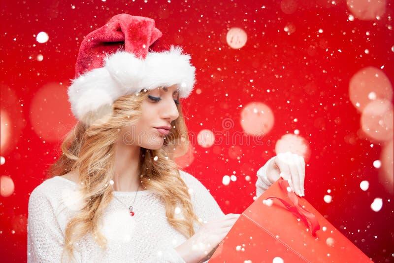Girl modelo rubio en Santa Hat sobre rojo fotos de archivo libres de regalías