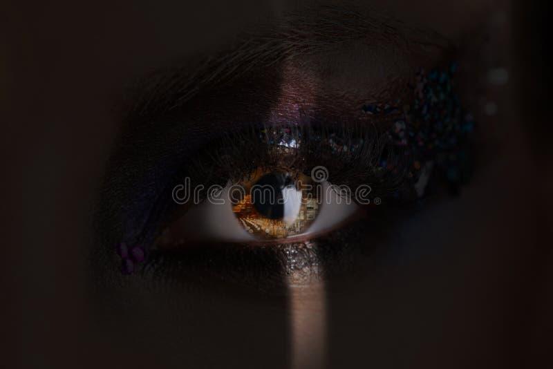 Girl& x27; ojo de s con maquillaje y cristales coloridos en una sombra Cierre para arriba fotografía de archivo libre de regalías
