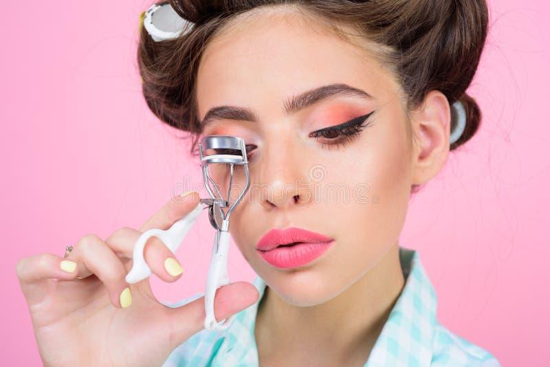 girl pin up εκλεκτής ποιότητας μπούκλα γυναικών νοικοκυρών eyelashes με το εργαλείο ευτυχής καλλωπισμός κοριτσιών το πρωί σαλόνι  στοκ εικόνες