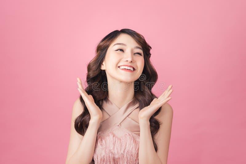 Girl Pose in das Gefühl sehr glücklich erstaunt und überrascht stockbild