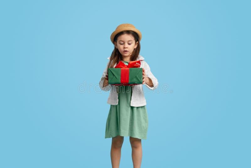 girl present surprised στοκ φωτογραφίες με δικαίωμα ελεύθερης χρήσης
