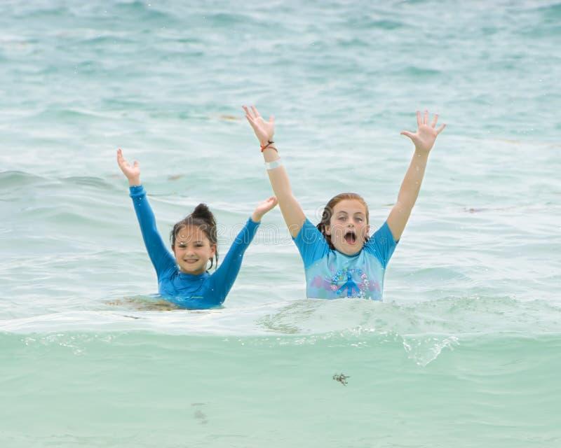 Girl3 que tem o divertimento no mar das caraíbas, Playa Paraiso, Tulum, México imagens de stock