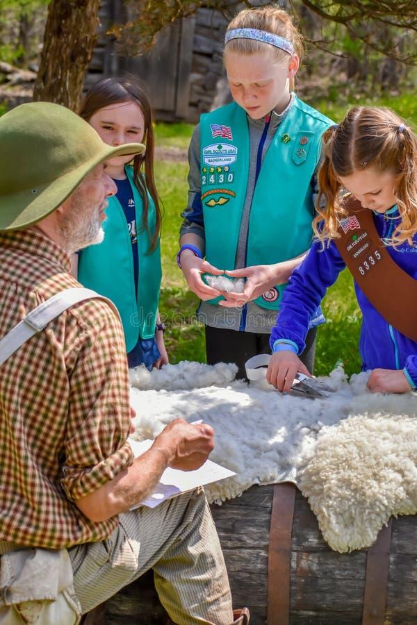 Girl Scouts à la tonte des moutons au Vieux Monde le Wisconsin image libre de droits