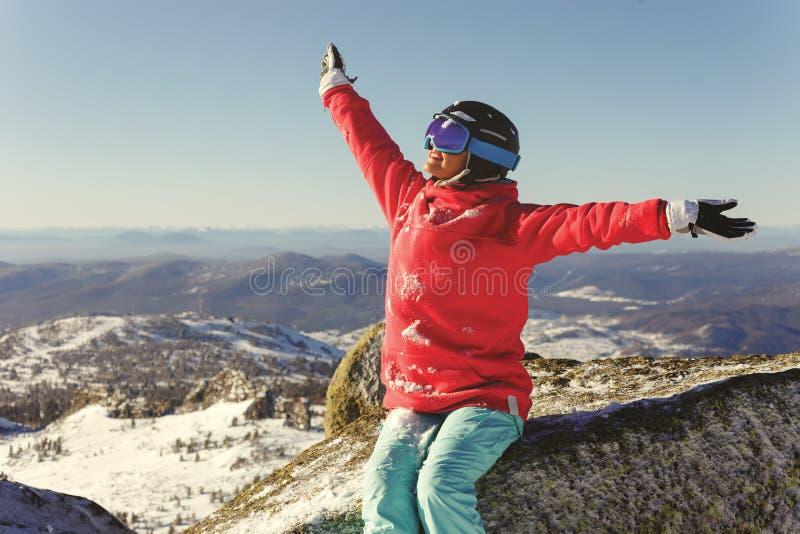 Girl Snowboarder freut sich auf Winterurlaub lizenzfreies stockfoto