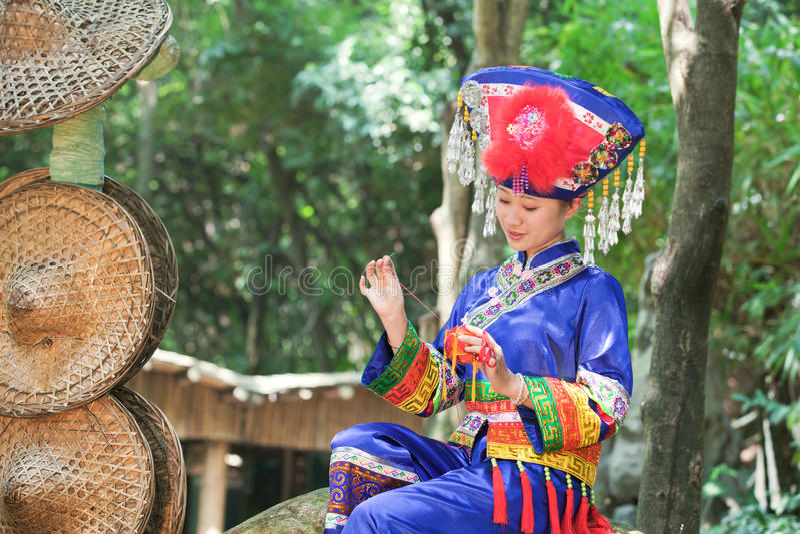 Girl wearing Zhuang clothing do Hydrangea royalty free stock photos