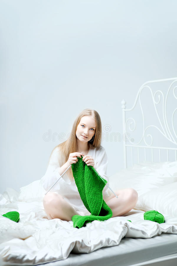 Girl who knits on the needles