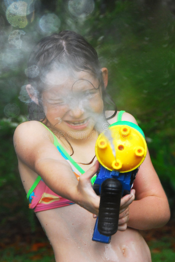 Free Girl With Squirt Gun Royalty Free Stock Images - 9234739