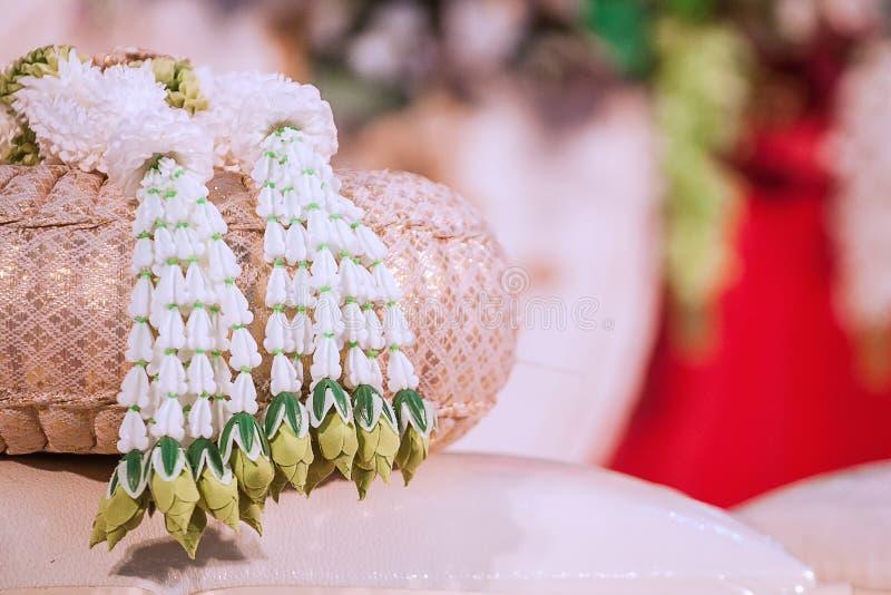 Girlanda umieszczał na parze korzystnie poduszka przygotowywać ślubną ceremonię zdjęcie stock
