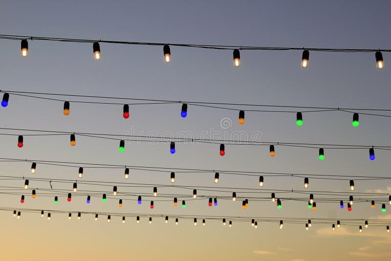 Girlande von wdtnysp Birnen auf Himmel stockfotografie