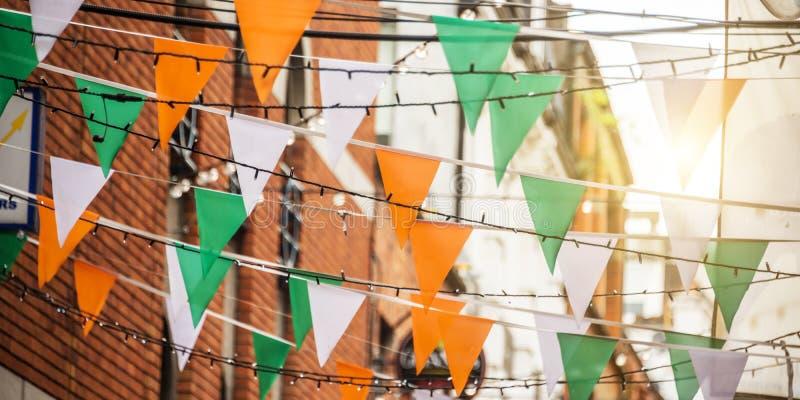 Girlanden med den irländska flaggan färgar i en gata av begreppet för Dublin Ireland - St Patrick dagberöm royaltyfria foton