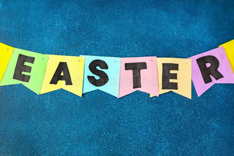 Girlandenhäschen Diy Ostern, Flaggen OSTERN machten Papier blauen Hintergrund Geschenkidee, Dekorfrühling, Ostern stockfotos