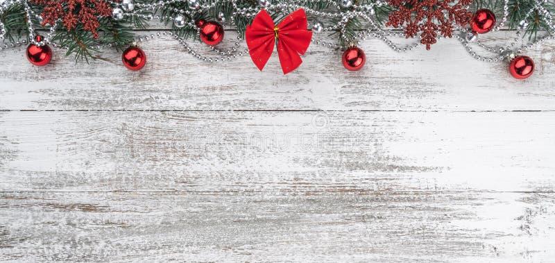 Girlandy, baubles, płatek śniegu i inne wakacyjne rzeczy, jedlinowi gałąź rożki Xmas kartka z pozdrowieniami zdjęcia royalty free