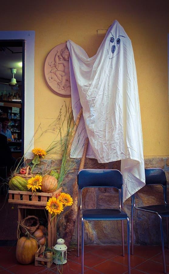 Girlandy Halloweenowe w małej kawiarni w wiosce w Tuscany, w Apuan Alps fotografia royalty free
