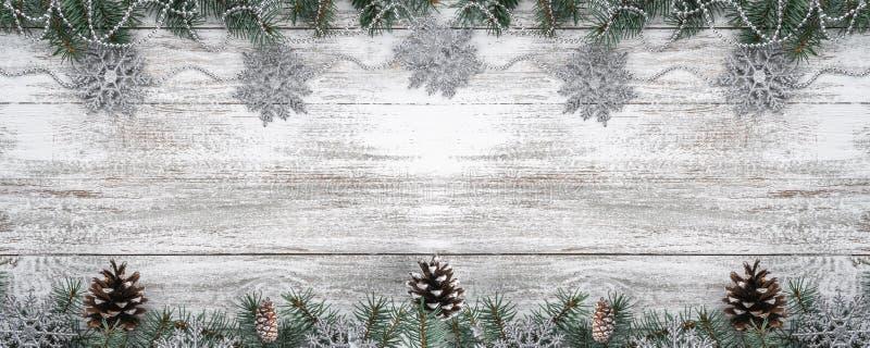 Girlandy i płatek śniegu jedlinowi gałąź rożki Xmas kartka z pozdrowieniami Odgórny widok twój tekst kosmicznych zdjęcie stock