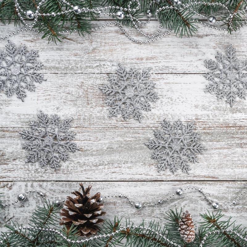Girlandy i płatek śniegu Stary drewniany bożego narodzenia tło jedlinowi gałąź rożki Xmas kwadrata kartka z pozdrowieniami Odgórn fotografia stock