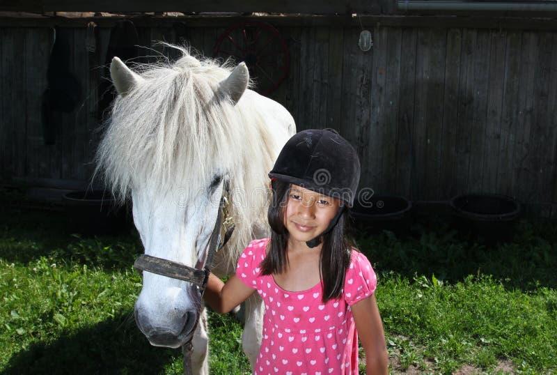 Girld с белой лошадью стоковые изображения rf