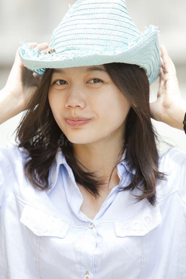 Girld e cappello di paglia blu-chiaro immagine stock libera da diritti