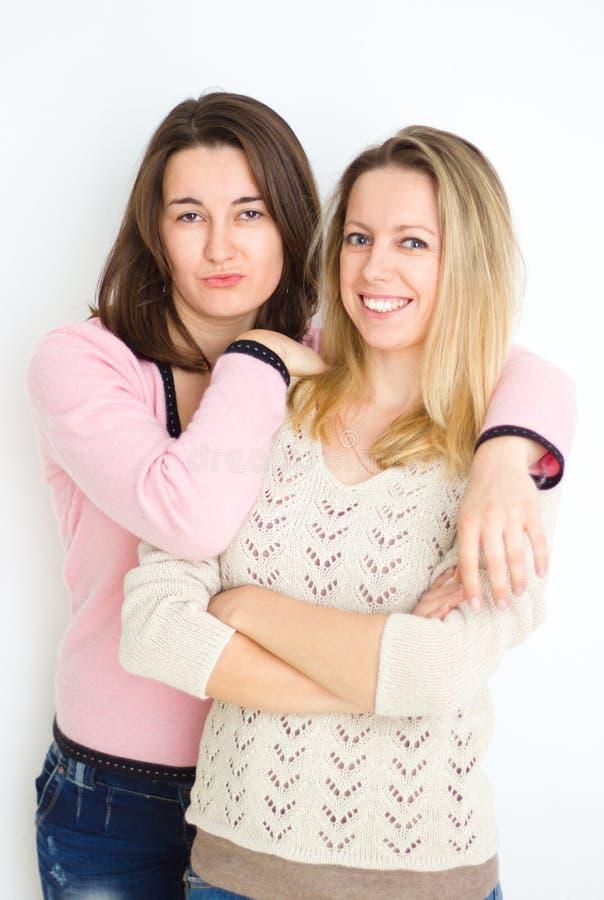 girlfriends Jeunes femmes heureuses de filles augmentant le portrait des amis de sourire ayant l'amusement ensemble photo libre de droits
