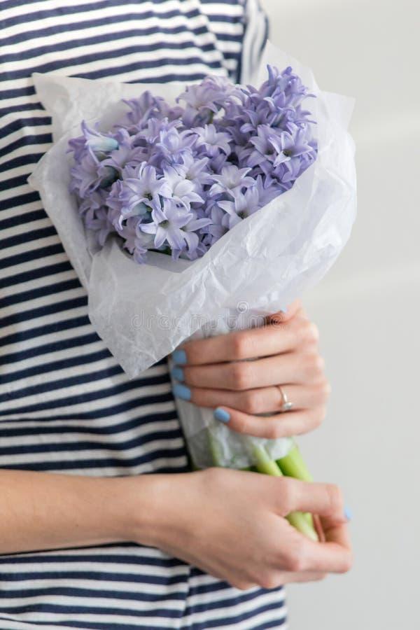 GirlHolding liten bukett av blommahyacinter arkivbilder