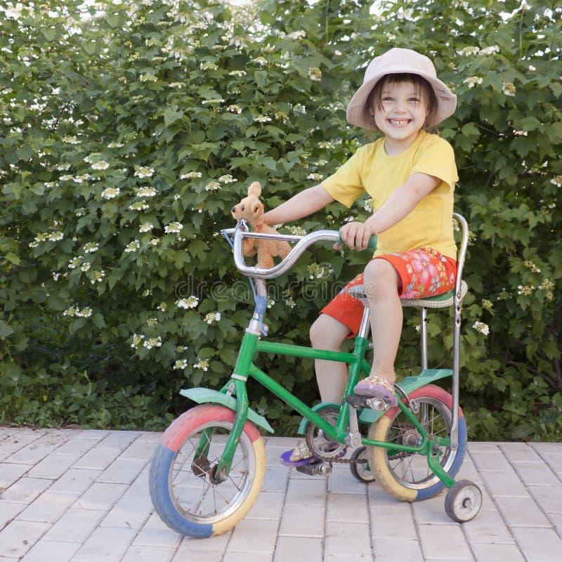 Girlie dans le chapeau de la grand-mère image libre de droits