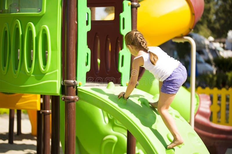 Girlie die op wildernisgymnastiek beklimmen stock foto's
