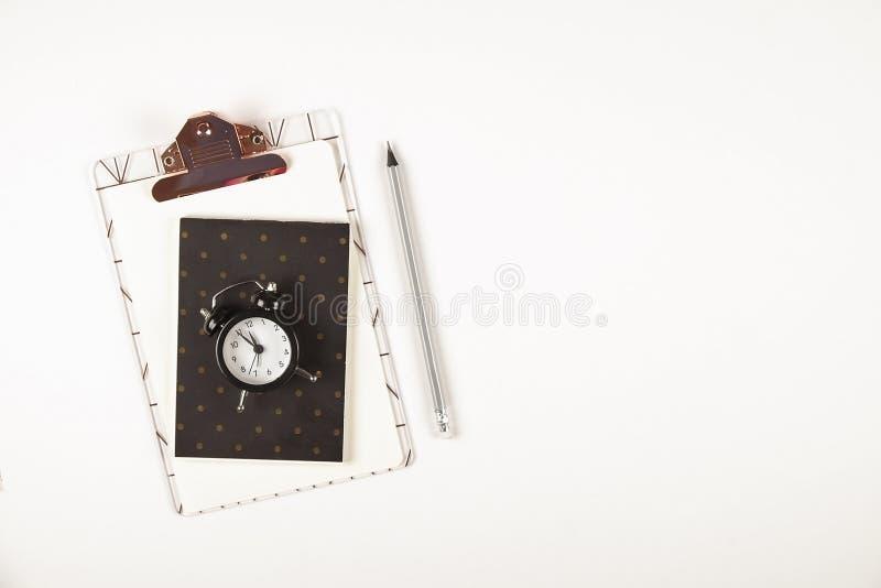Girlie ustawiający szkolne dostawy z prostym ołówkowym piórem, puste miejsce robić lista notatnika prześcieradłom, pusty czeka pu zdjęcie stock