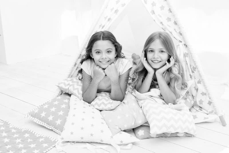 Girlish отдых Друзья сестер делят сплетни имея потеху дома Партия пижам для детей Лучшие други братьев стоковые изображения