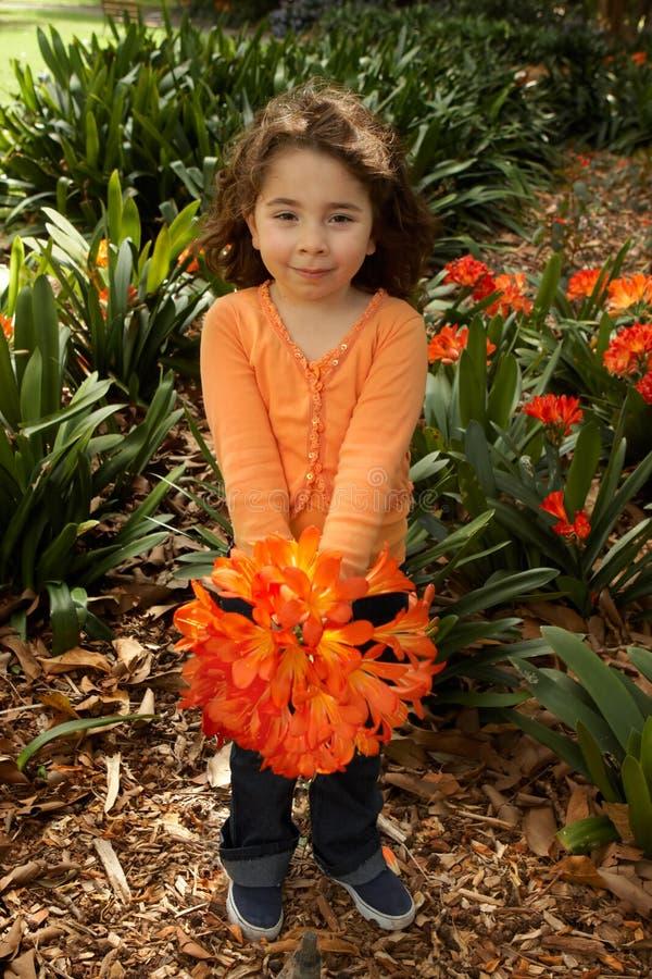 Girll avec un groupe de clivia du jardin image stock