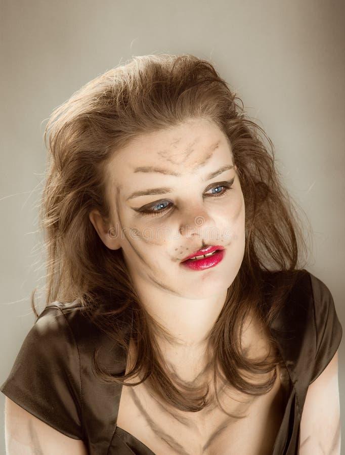 Girll en maquillaje y bodyart del gato imagenes de archivo