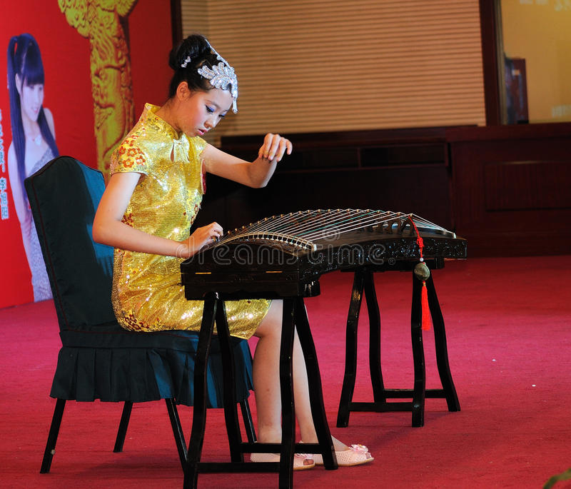 Download Girls In Playing The Guzheng Editorial Stock Photo - Image: 25607883