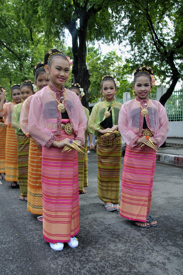 Download Girls In Thai Traditional Dress Editorial Image - Image: 16551370