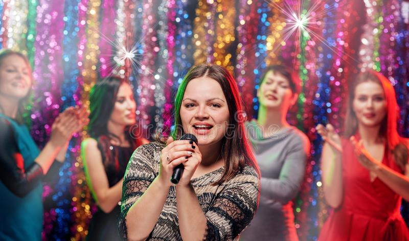 Girlsfriends-Karaokepartei stockfoto
