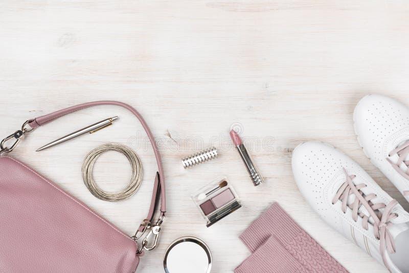 Girly moderne Frühlings- und Sommerzusätze auf hölzernem Pastellhintergrund lizenzfreie stockfotos