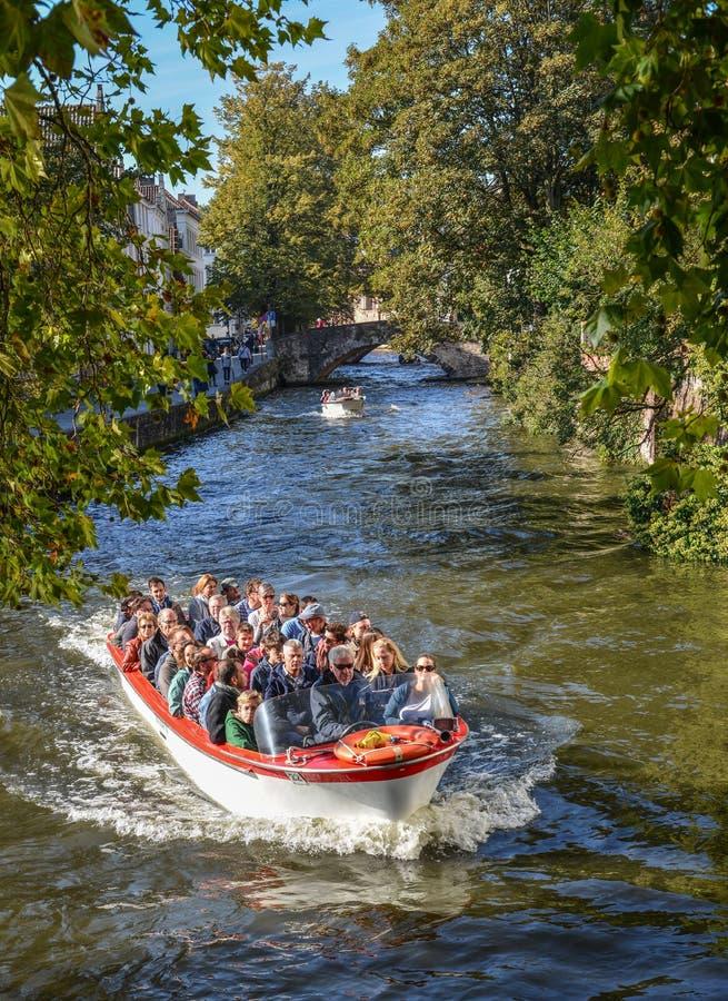 Giro in barca del canale in Città Vecchia di Bruges fotografie stock libere da diritti