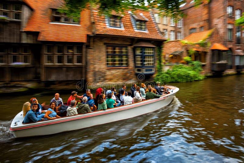 Giro in barca turistico del canale a Bruges Città Vecchia, Belgio immagini stock