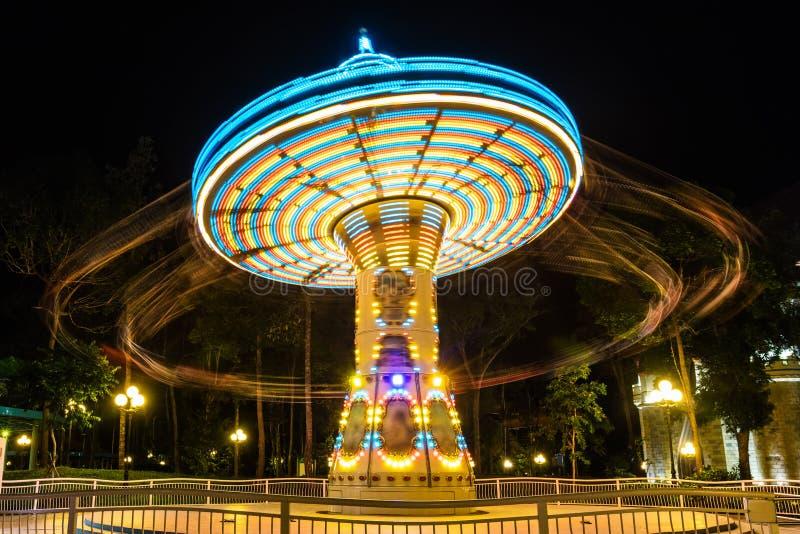 giro a catena del carosello in parco di divertimenti alla notte fotografie stock libere da diritti