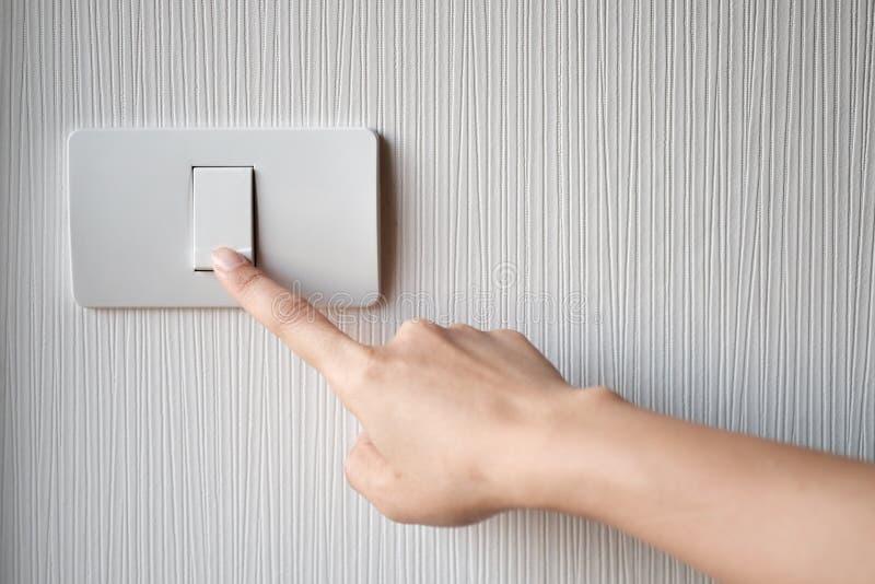 Giro de ligar/desligar no interruptor da luz foto de stock