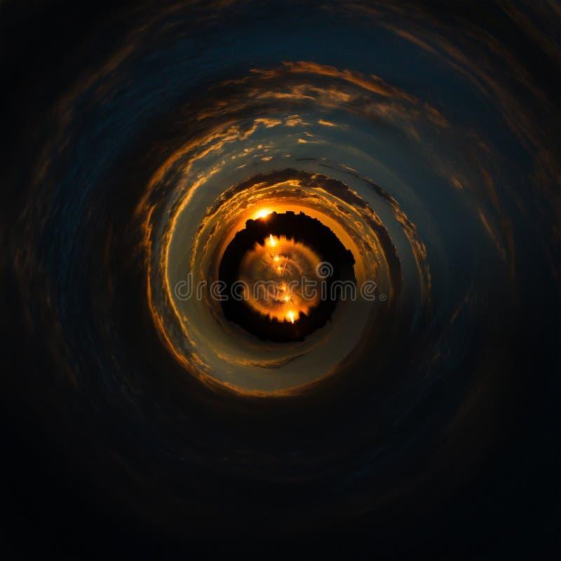 Giro del espiral del cielo de las nubes del fondo azul imagenes de archivo