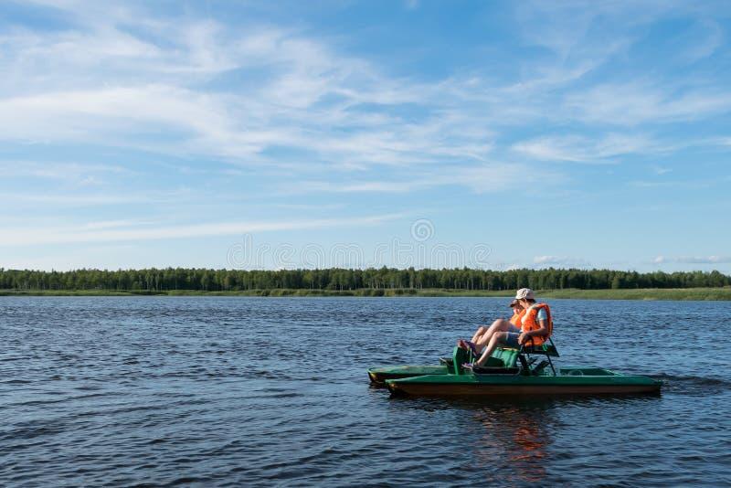 Giro del figlio e della mamma un catamarano sul lago in buon tempo sulla vacanza, vacanza attiva immagine stock