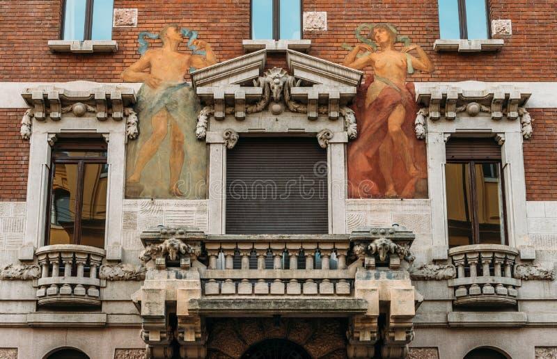 Giro del murale del XX secolo della parete di architettura e dell'umanista di Art Nouveau al distretto del ` s Porta Venezia di M immagine stock libera da diritti