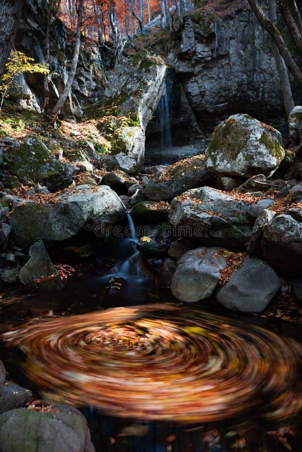 Giro del otoño de la cascada fotos de archivo