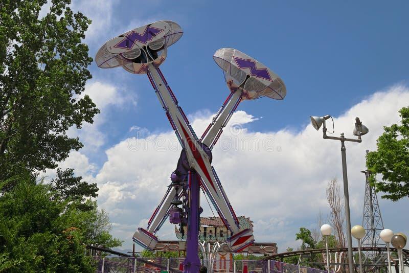 Giro del pendolo nel parco di divertimenti di Lakeside, Denver, Colorado fotografia stock libera da diritti
