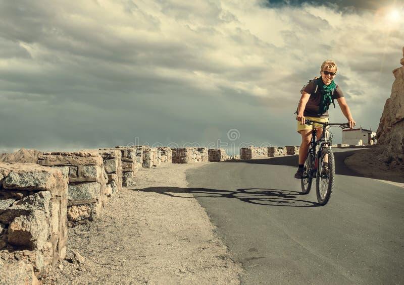 Giro del tarveler della bicicletta sulla strada immagine stock libera da diritti