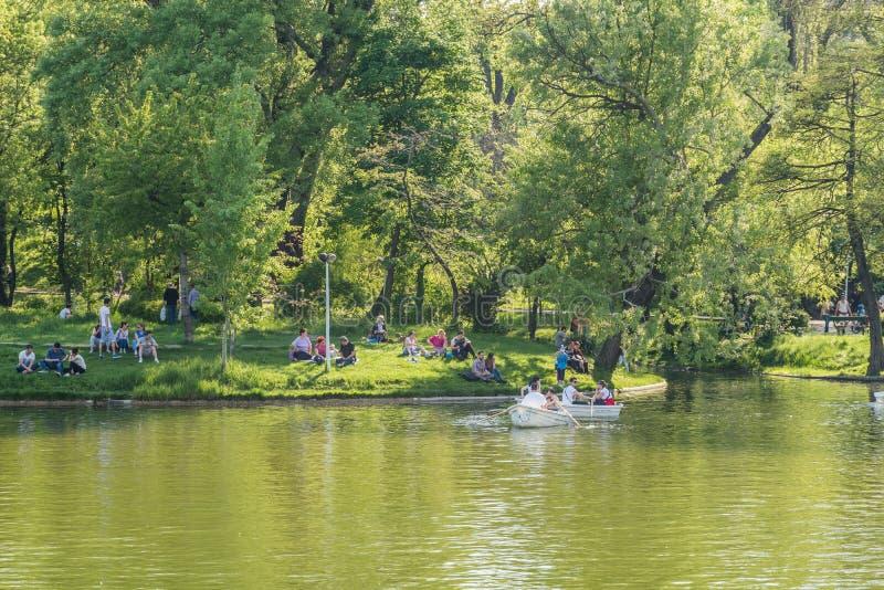 Giro della barca della gente il giorno di primavera di Carol Public Park Lake On fotografia stock