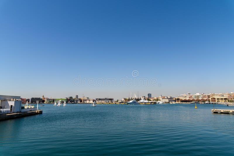 Giro della barca della gente in Marina Real Juan Carlos Port di Valencia City fotografie stock libere da diritti
