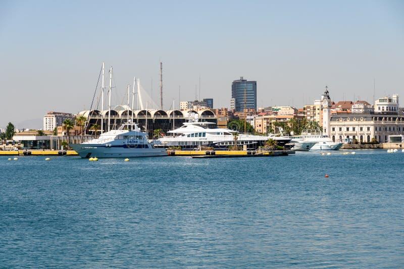 Giro della barca della gente in Marina Real Juan Carlos Port di Valencia City fotografia stock libera da diritti