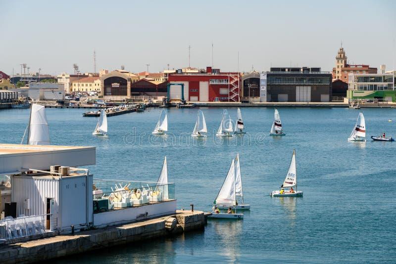 Giro della barca della gente in Marina Real Juan Carlos Port di Valencia City fotografia stock