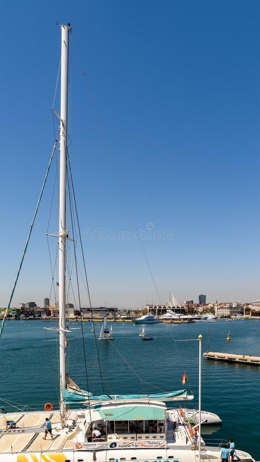 Giro della barca della gente in Marina Real Juan Carlos Port di Valencia City immagine stock