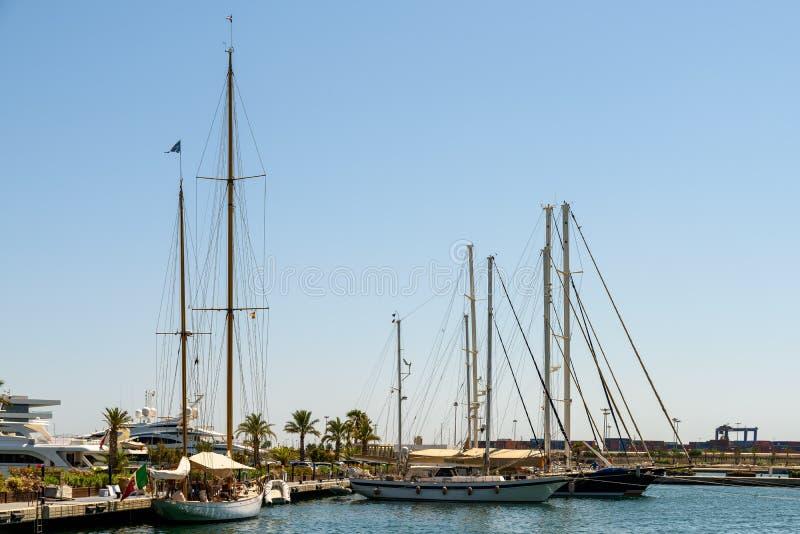 Giro della barca della gente in Marina Real Juan Carlos Port di Valencia City immagini stock